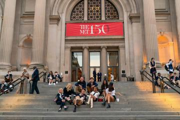 Tavi Gevinson, Emily Alyn Lind, Evan Mock, Thomas Doherty, Eli Brown, Jordan Alexander, Savannah Lee Smith and Zion Moreno are seen filming for 'Gossip Girl' outside the Metropolitan Museum of Art in the Upper East Side on November 10, 2020 in New York City. (Photo by Gotham/GC Images)