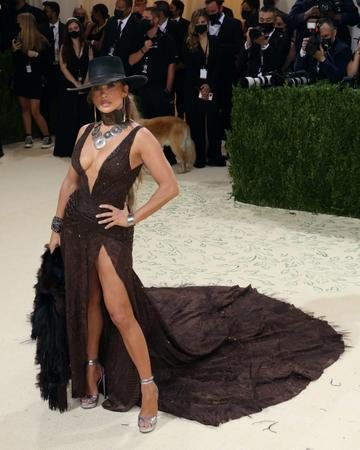 """NEW YORK, NEW YORK - SEPTEMBER 13:  Jennifer Lopez attends the 2021 Met Gala benefit """"In America: A Lexicon of Fashion"""" at Metropolitan Museum of Art on September 13, 2021 in New York City. (Photo by Taylor Hill/WireImage)"""